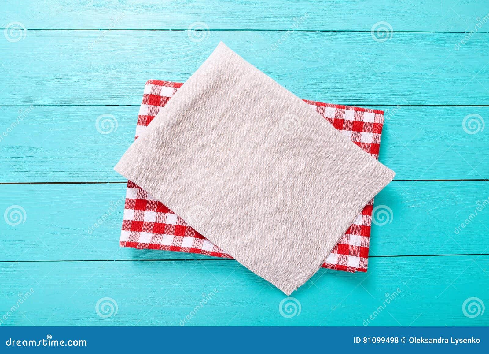 Toalha de mesa da manta e cinza vermelhos uma na tabela de madeira azul Espaço da vista superior e da cópia