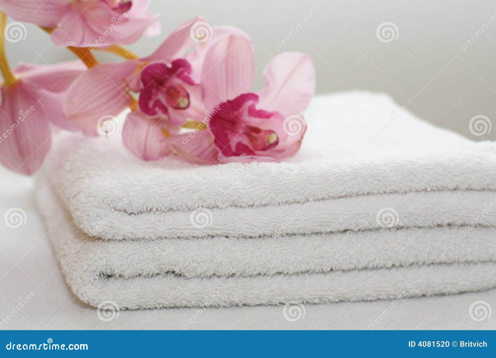 Acessórios do banho com toalhas sabão e orquídeas. #96293C 1300x957 Acessorios Banheiro Zen