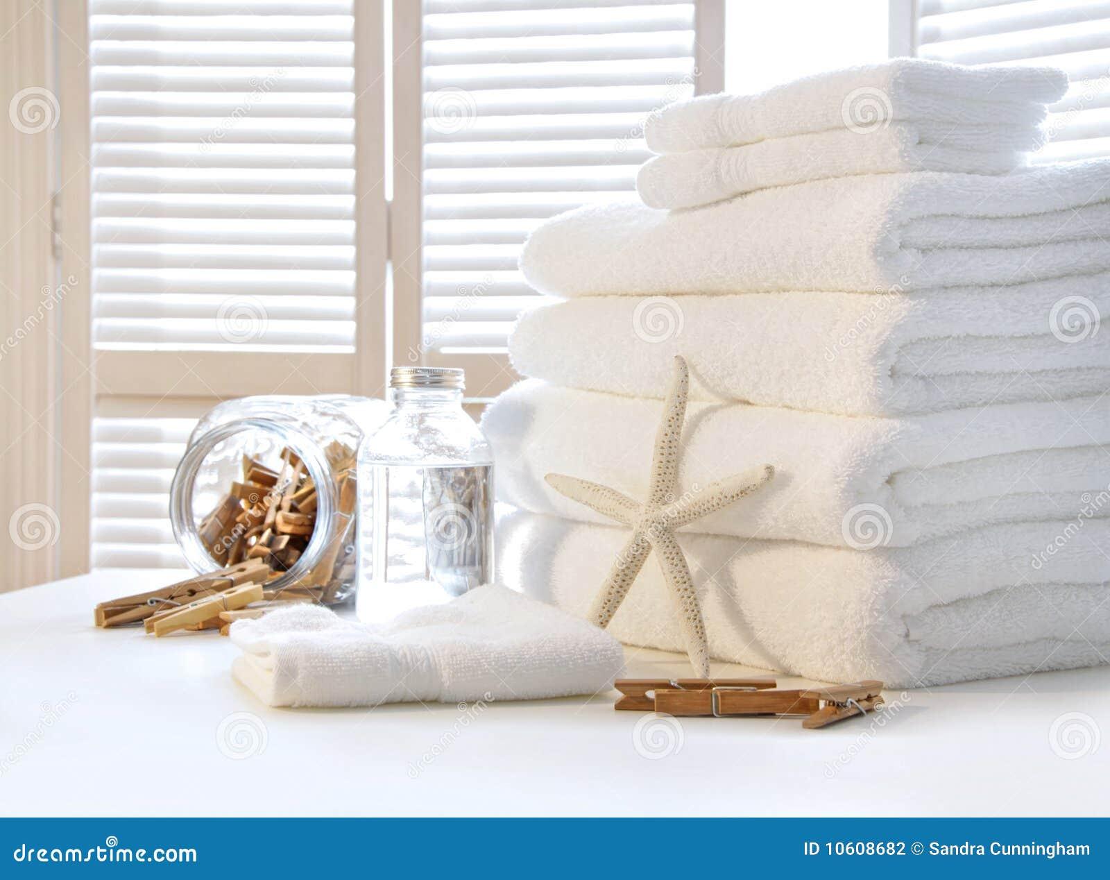 Toalhas brancas macias na tabela