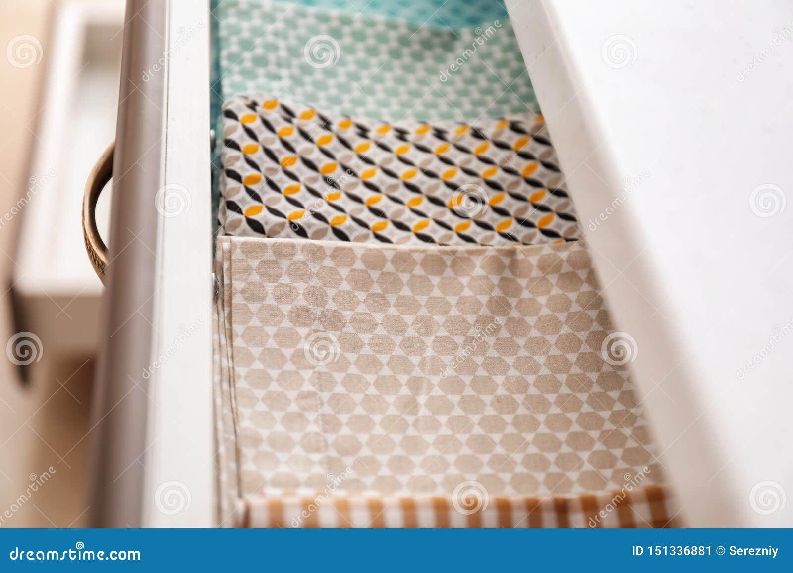 Toalhas de cozinha limpas na gaveta