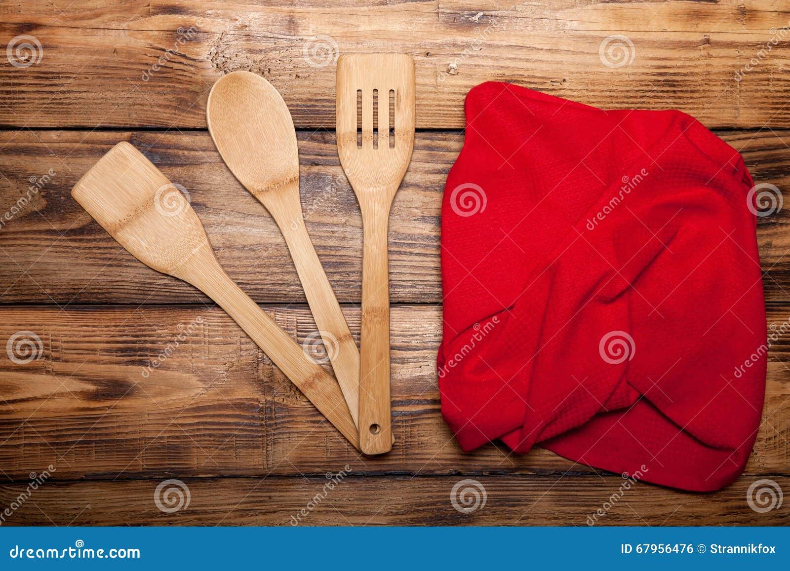 Toalla De Cocina Roja Y Cuchara De Madera En La Tabla Quemada De