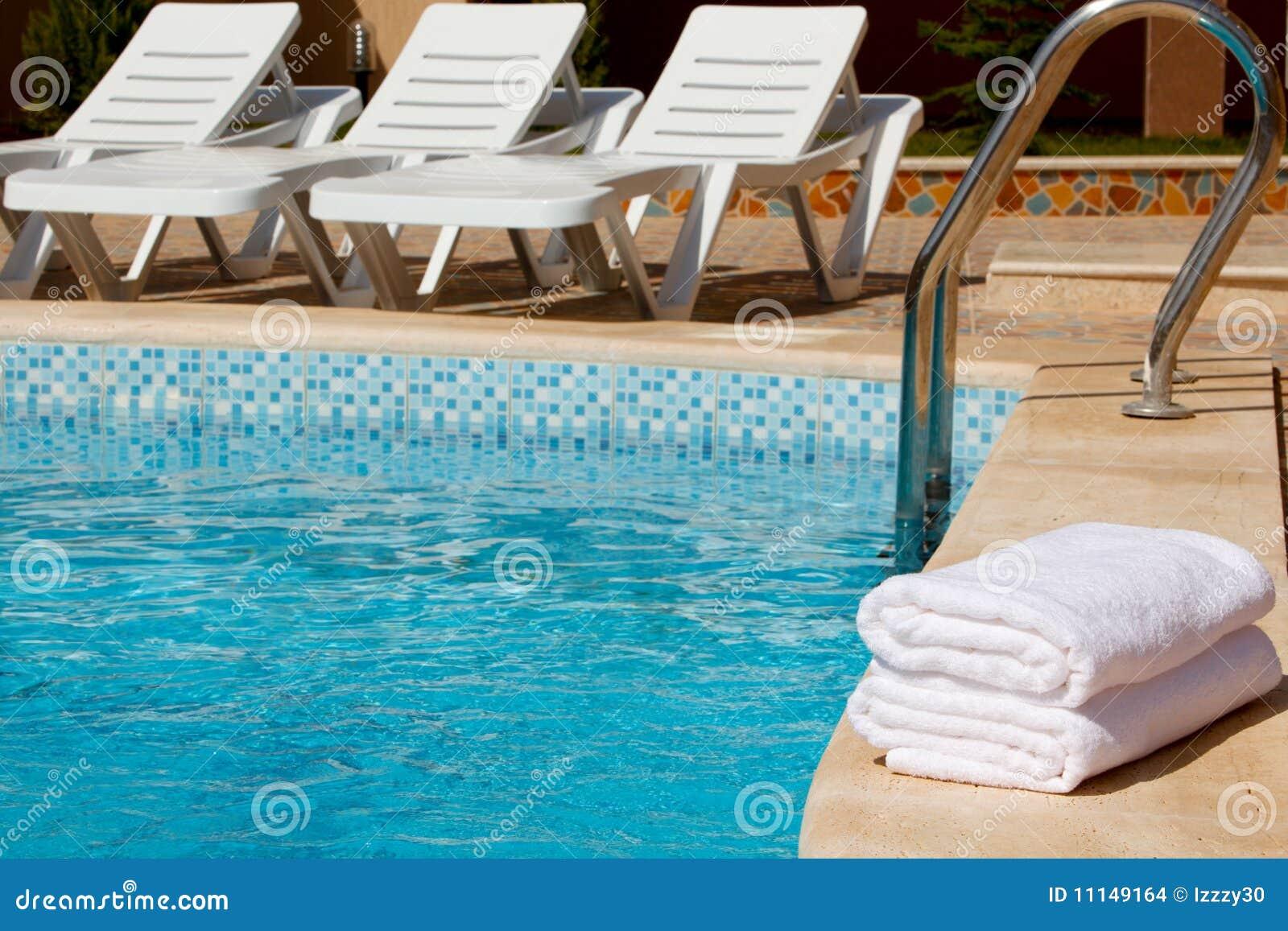 Toallas blancas por la piscina imagenes de archivo for Toallas piscina