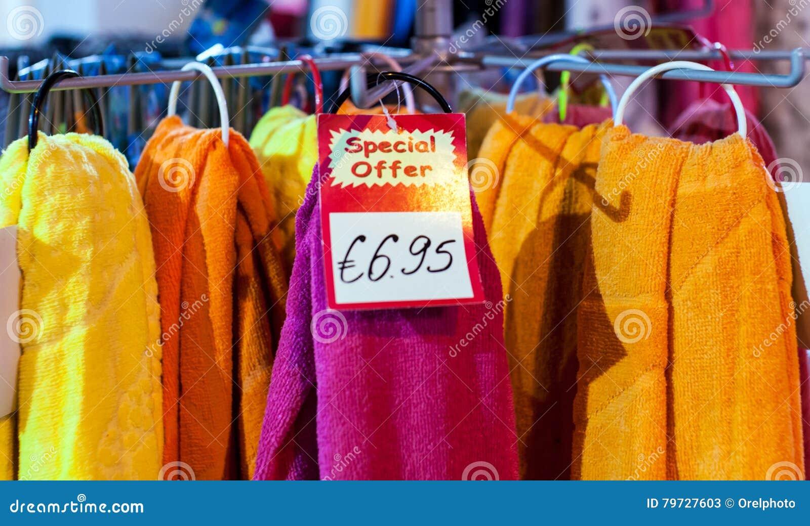 Toallas en el carril en tienda de ropa