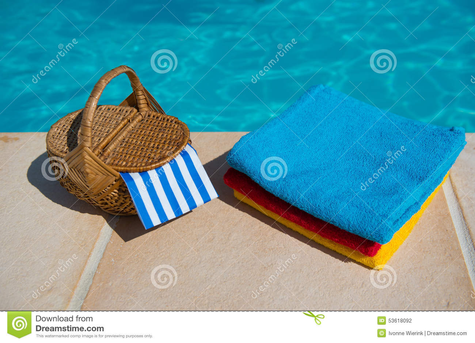 Toallas en la piscina foto de archivo imagen 53618092 for Toallas piscina