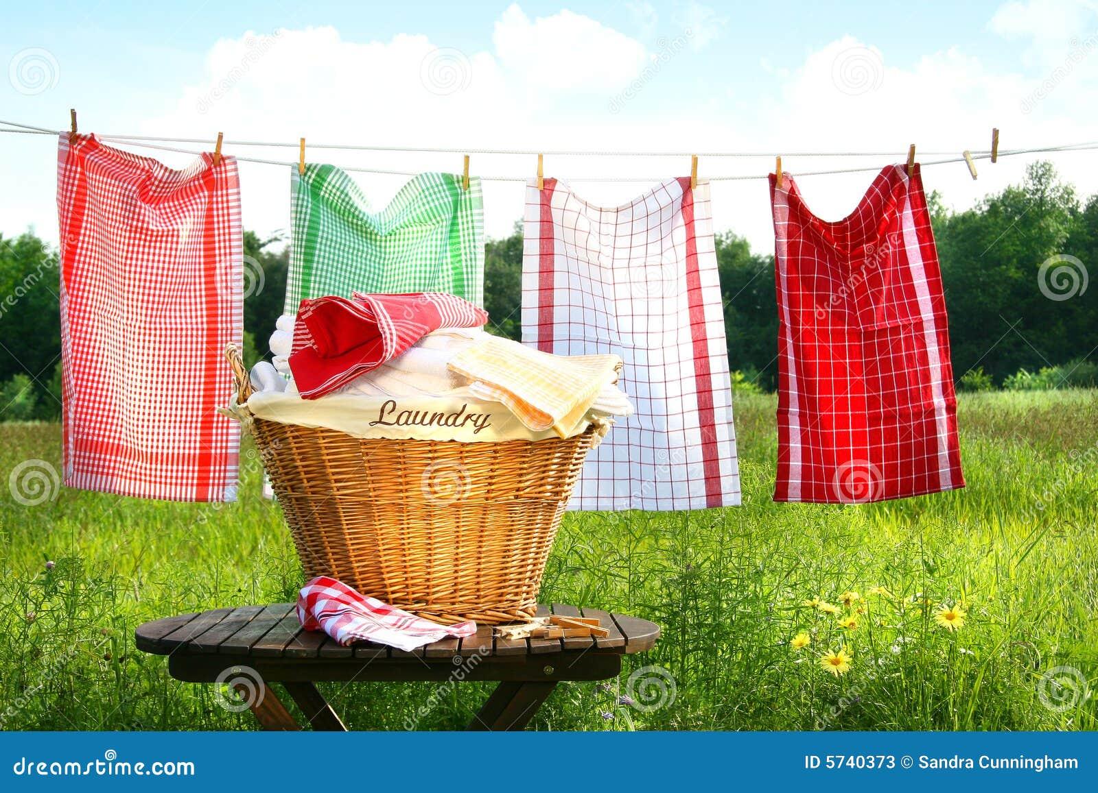 Toallas que se secan en la cuerda para tender la ropa