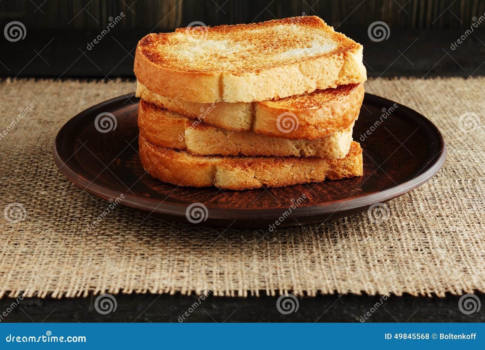 Toast in einer Lehmplatte