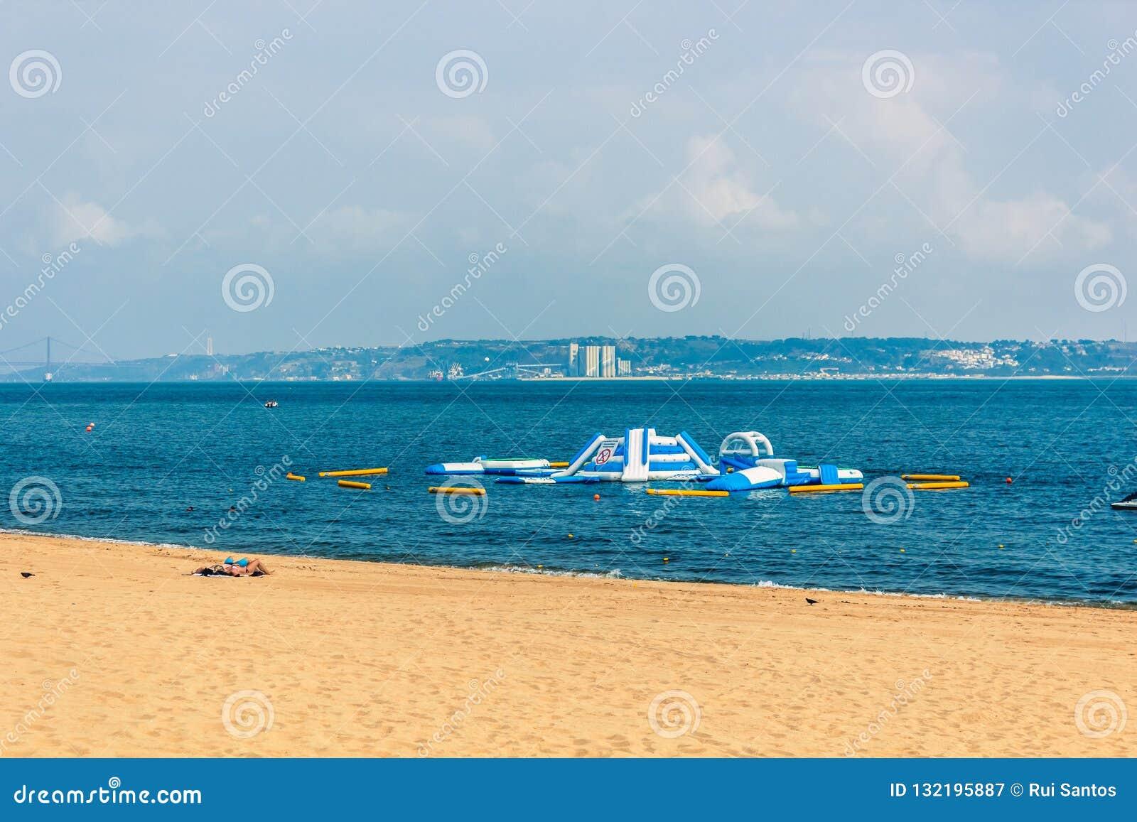 tobogán acuático en la playa