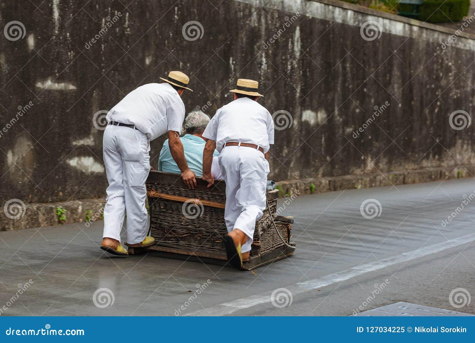 Toboggan ruiters op slee in Monte - Funchal Madera Portugal