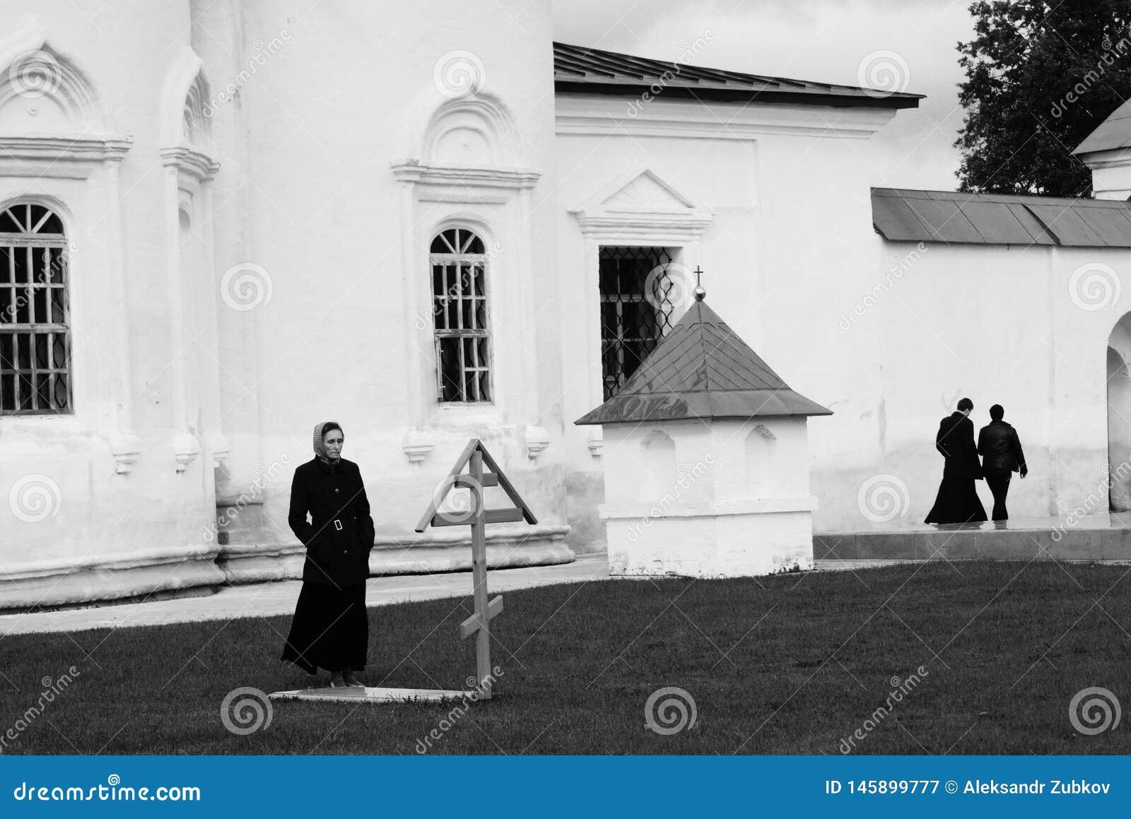 Tobol sk, Russia, 10/05/2016: Una donna visita la tomba in un monastero Nei precedenti sono i sacerdoti Rebecca 36