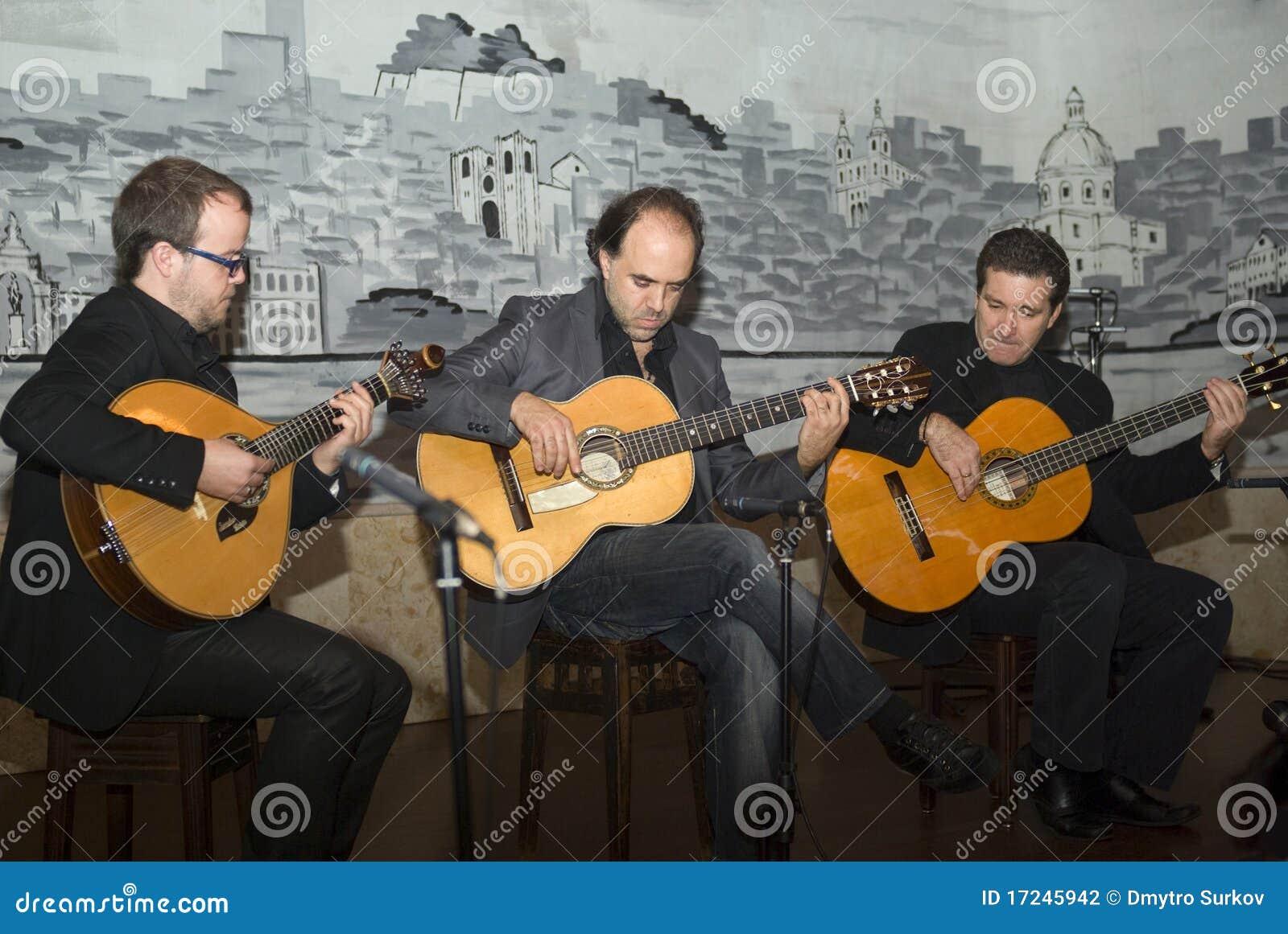 Tocar del ?Fado? - una guitarra portuguesa tradicional