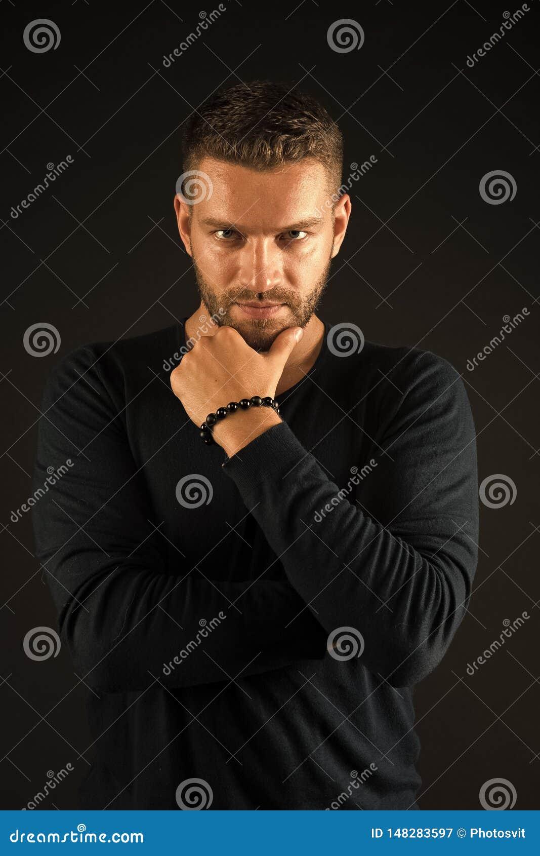 Tocco dell uomo con la barba sul fronte non rasato Posa barbuta dell uomo in camicia casuale Skincare e salone del barbiere Model