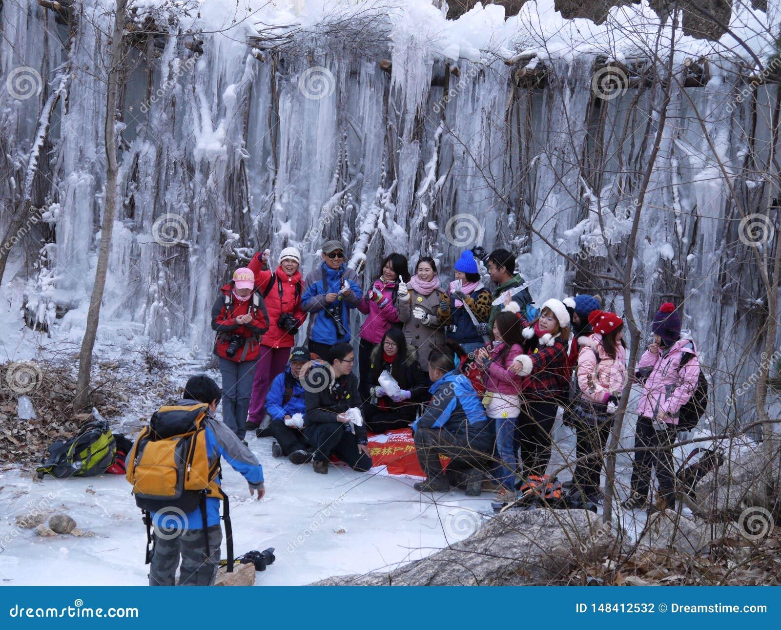 Tocco della montagna del lago ice