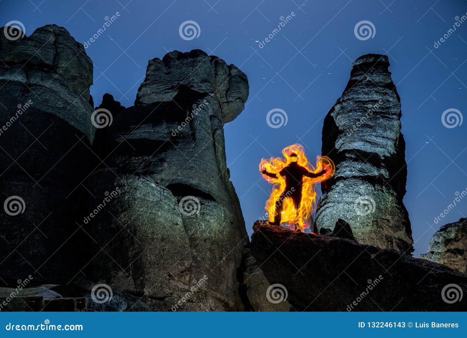 Tocha do homem nas rochas