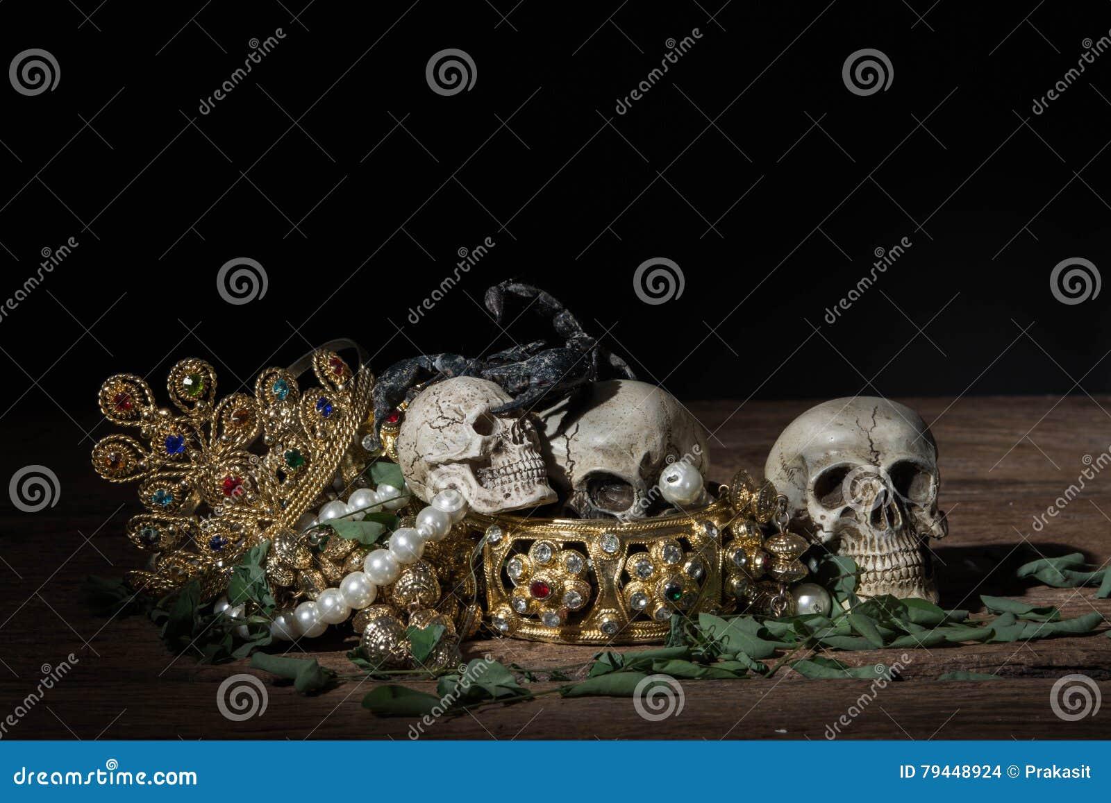 Todavía Cráneo Y Escorpión De La Vida Con La Joyería Del Oro Del ...