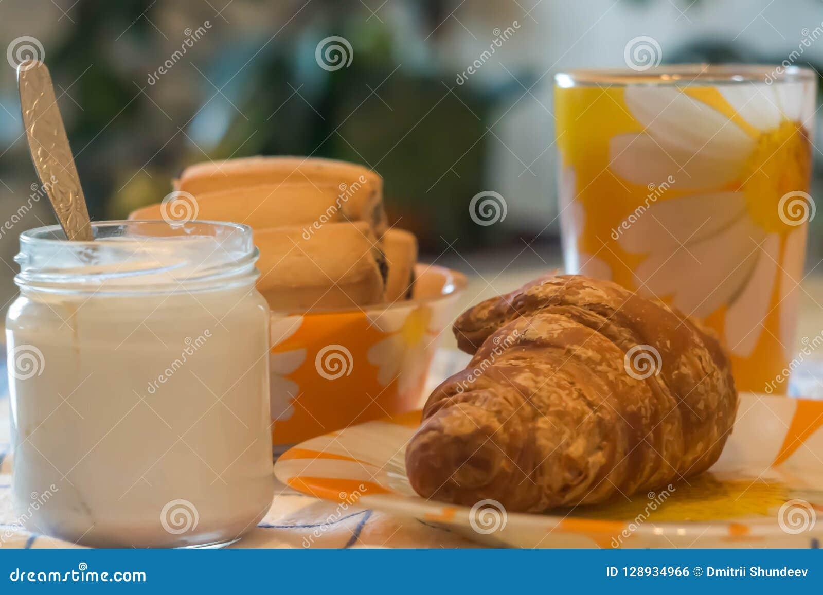 Todavía taza de la vida de té, yogur, molletes, galletas