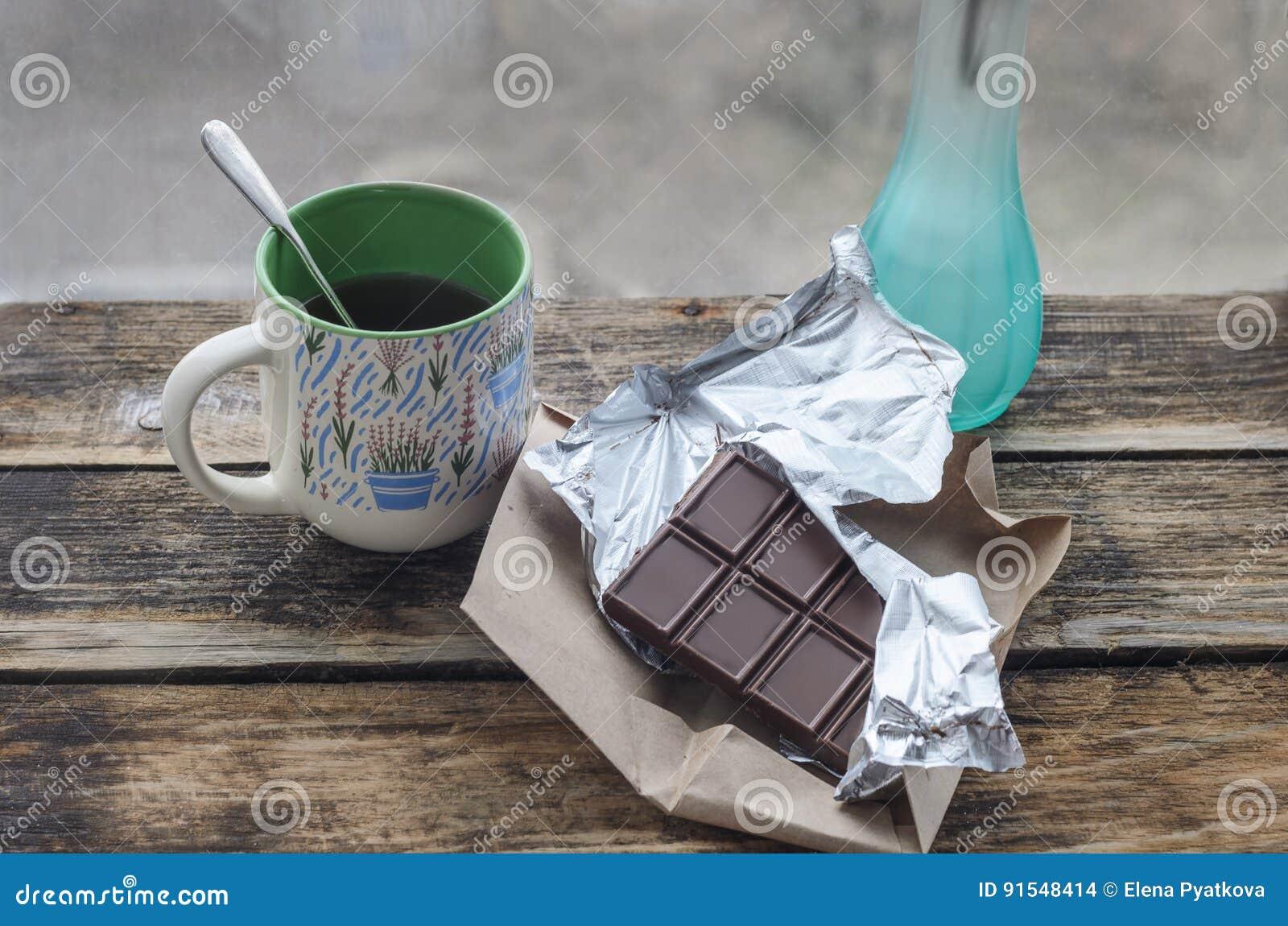 Todavía vida 1 Chocolate con la taza de té y de desayuno en la mañana soleada de la primavera o del verano