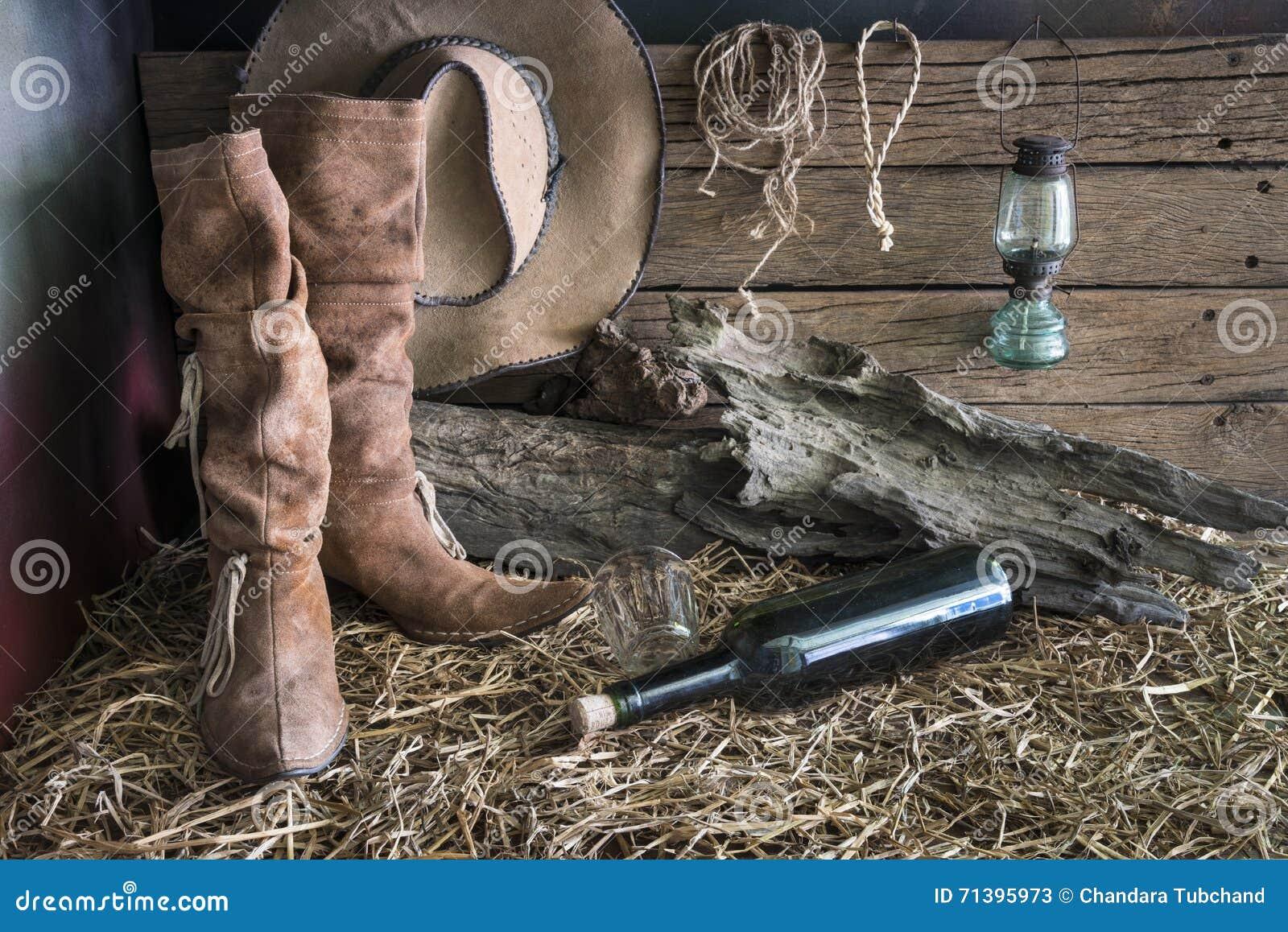 Todavía la fotografía de la pintura de la vida con las botas de cuero  tradicionales y el marrón del oeste americano del rodeo sentían el sombrero  de vaquero ... d060ff17d61