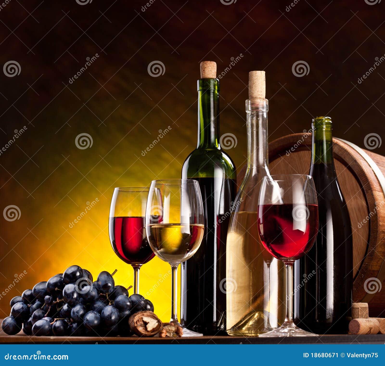 Todavía vida con las botellas de vino