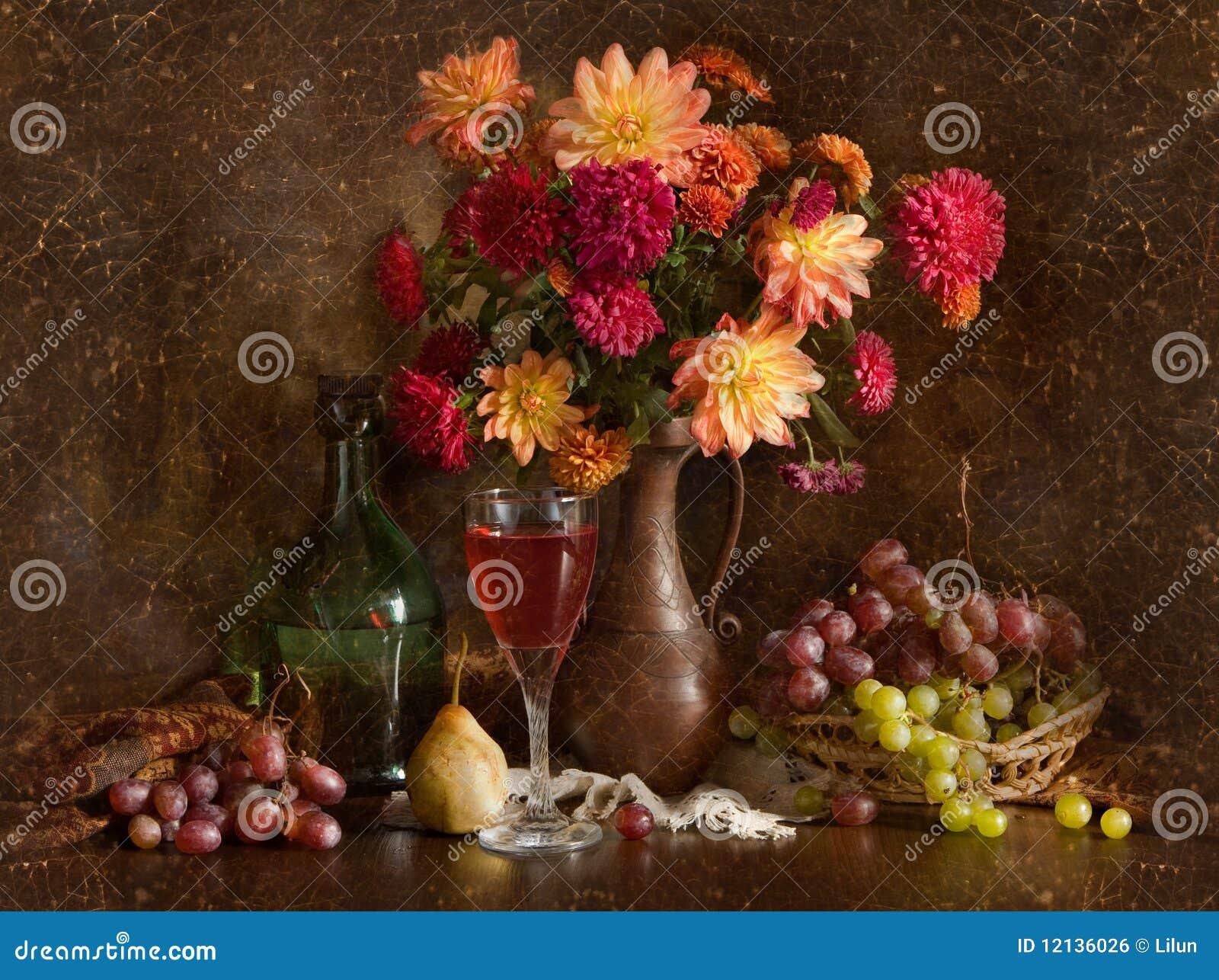 Todavía vida con las flores y el vino del otoño