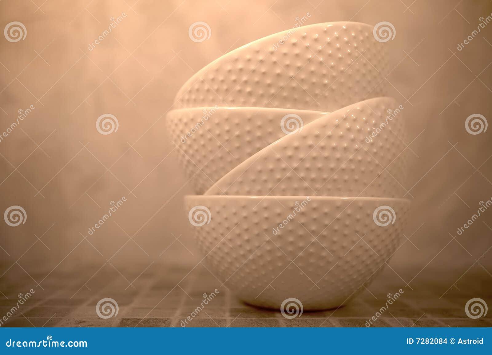 Todavía vida con las soperas de cerámica en color de la sepia
