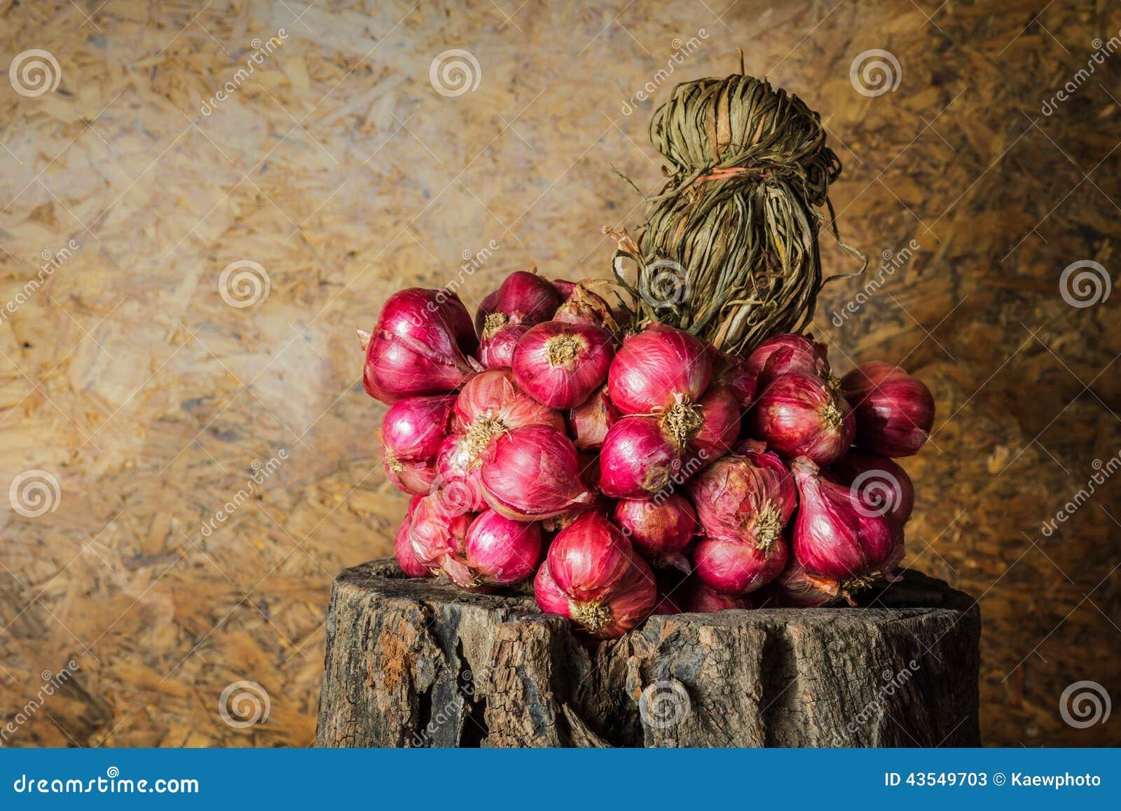 Todavía vida con los chalotes, cebollas rojas