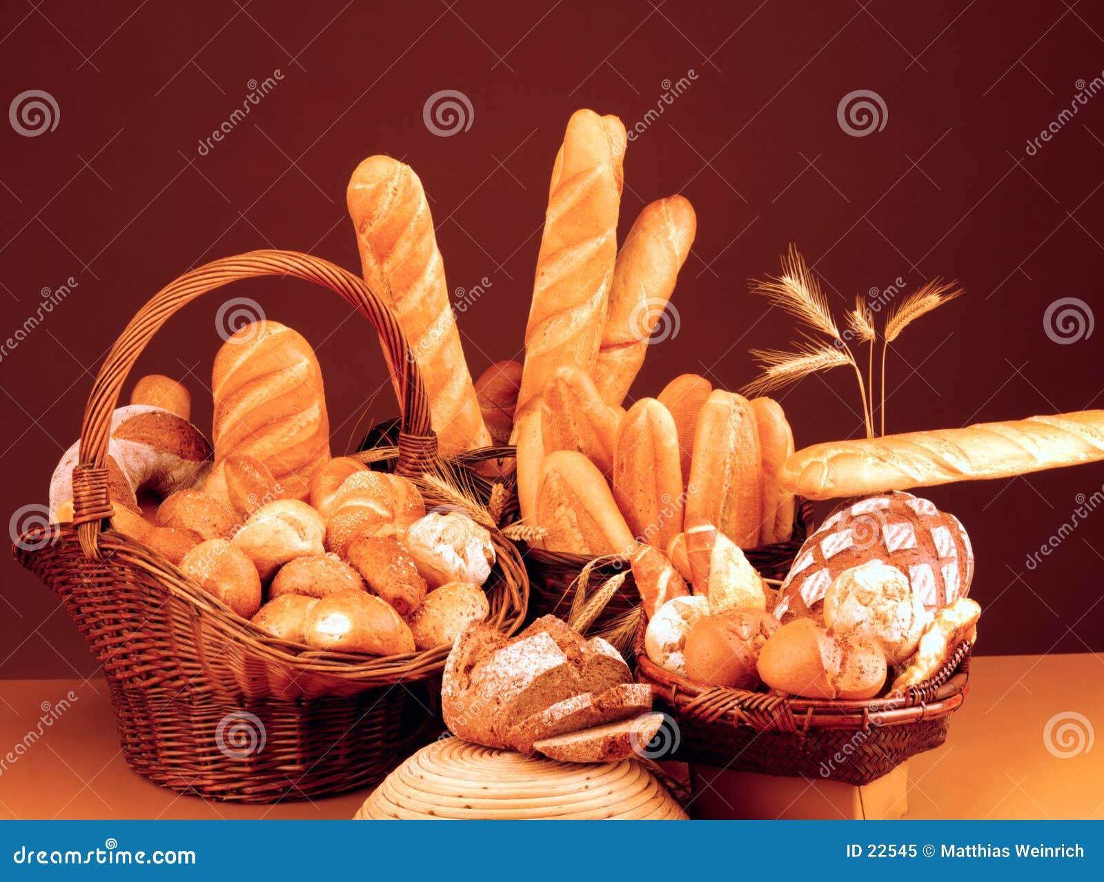 Todavía vida con pan, los rodillos y el baguette