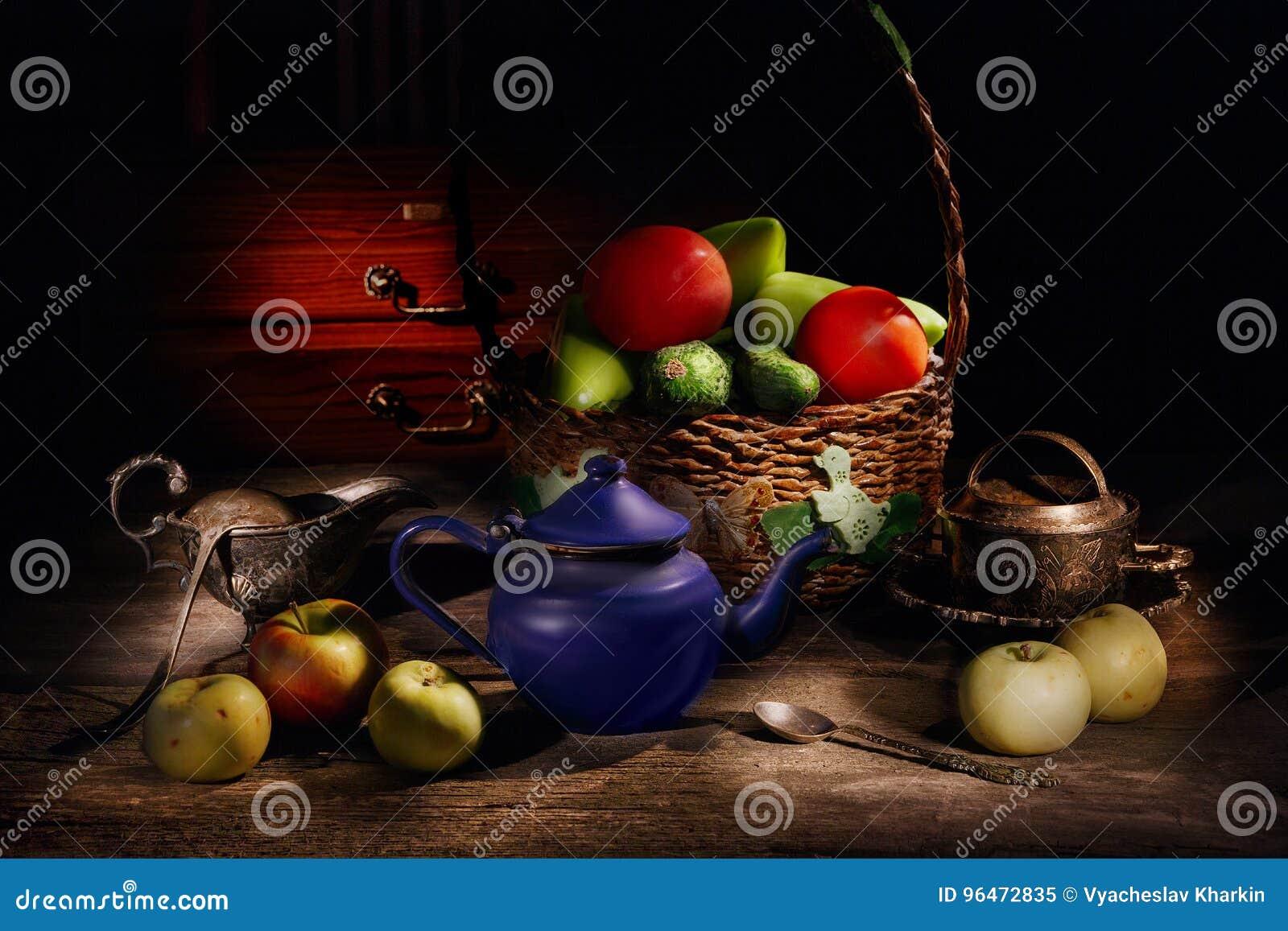 Todavía vida de frutas y verduras en una cesta