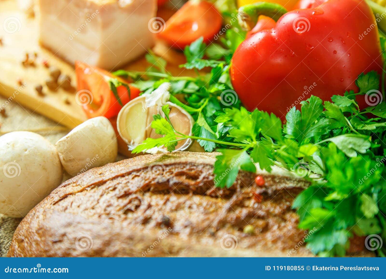 Todavía vida de verduras, de tomates, del ajo y de hierbas
