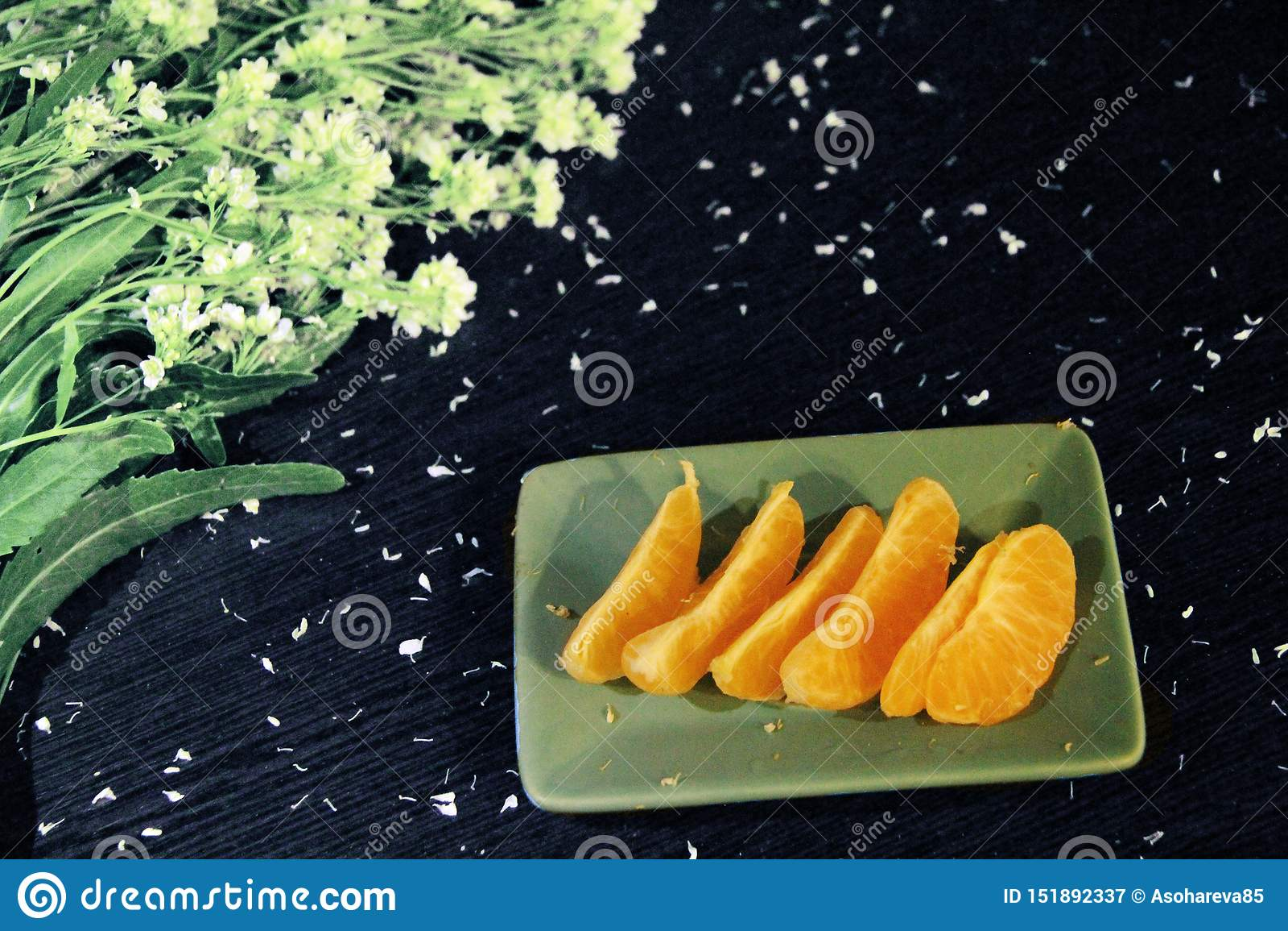 Todavía vida: mandarinas y flores