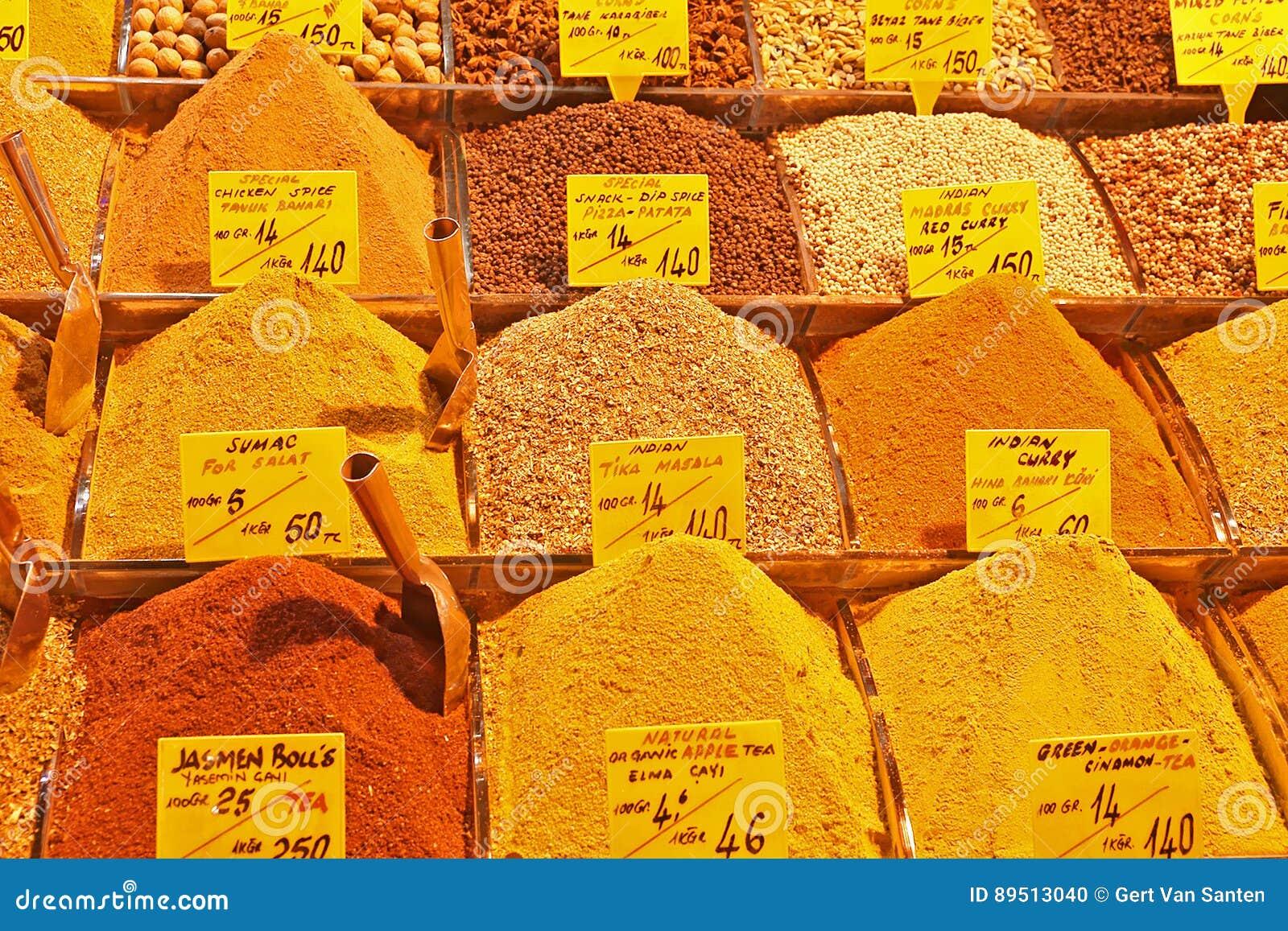 Todo o tipo de especiarias orientais no bazar da especiaria de Istambul