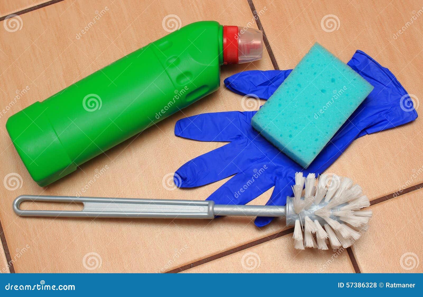 Toebehoren voor het schoonmaken van badkamers op keramiekbevloering