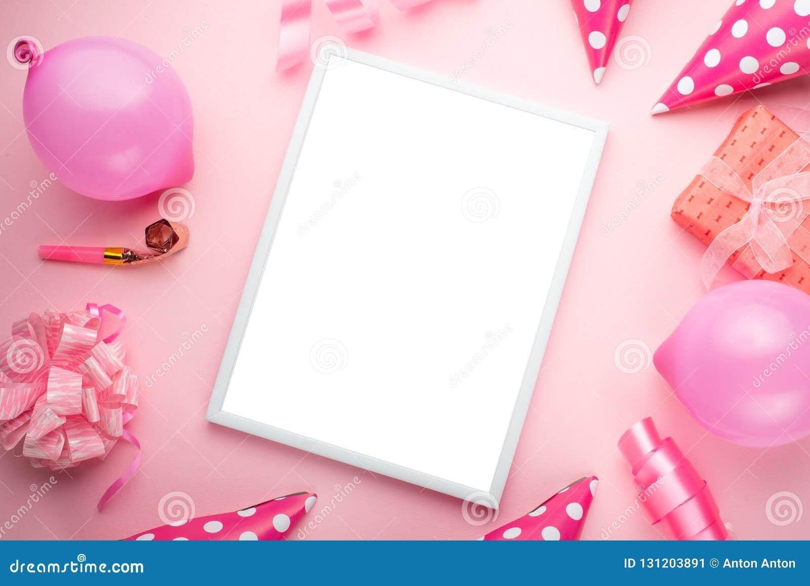 Toebehoren voor meisjes op een roze achtergrond Uitnodiging, verjaardag, meisjesjarenpartij, het concept van de babydouche, vieri