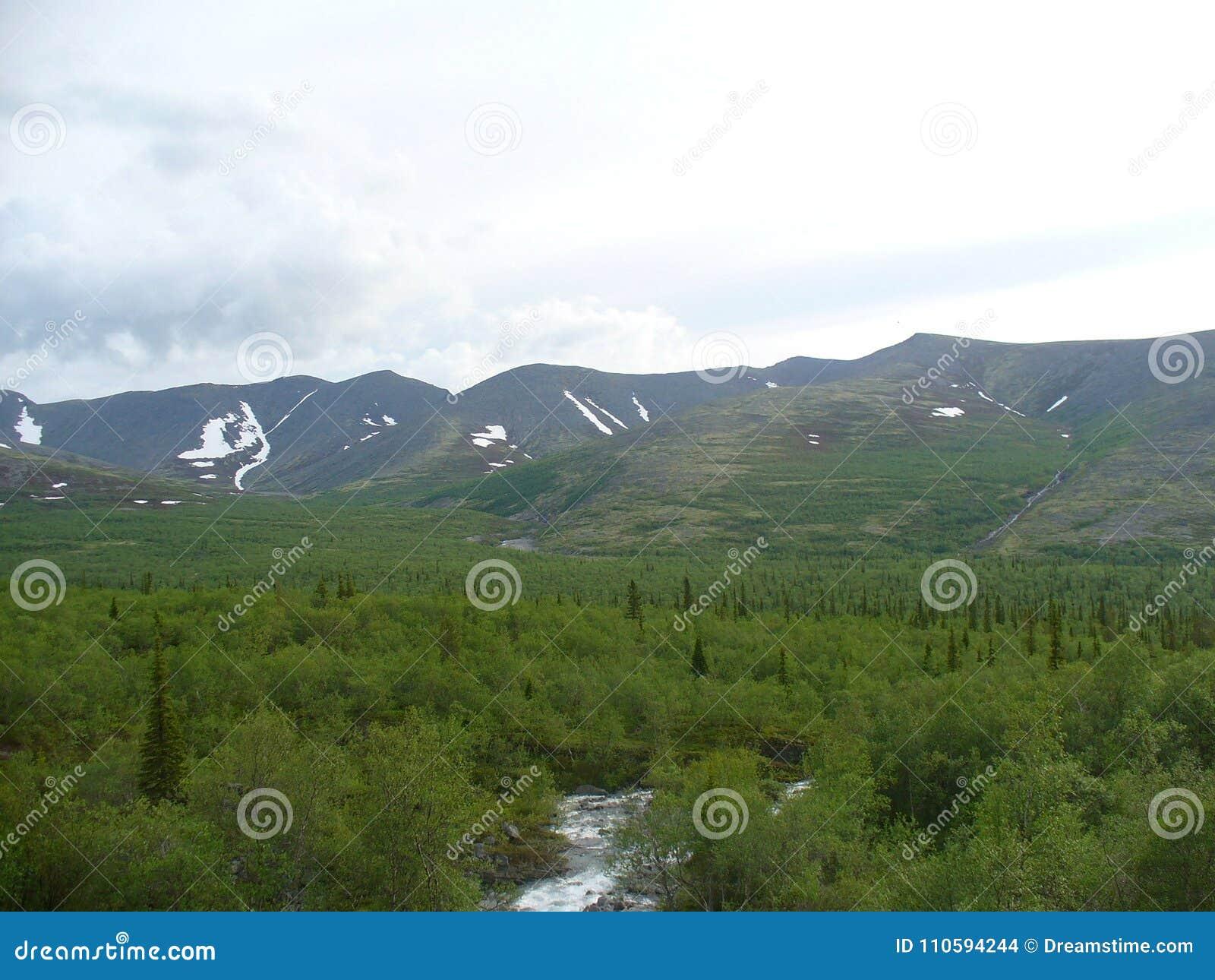 Toendra, bergen, rivier en wolken