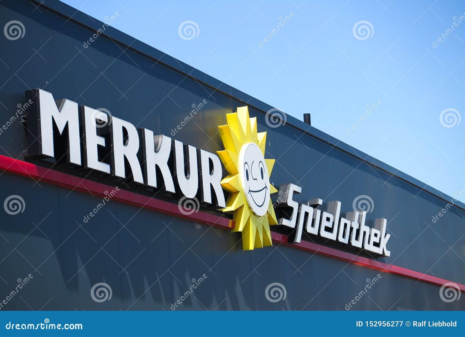 TOENISVORST, GERMANIA - JUIN 28 2019: Chiuda su del logo del sole e del testo sulla facciata nera con cielo blu del tedesco di Me