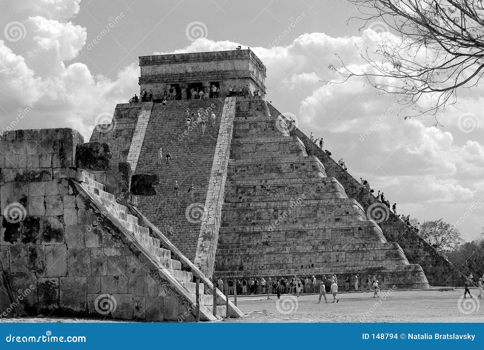 Toerist die hoofdpiramide in Chichen Itza, Mexico beklimt
