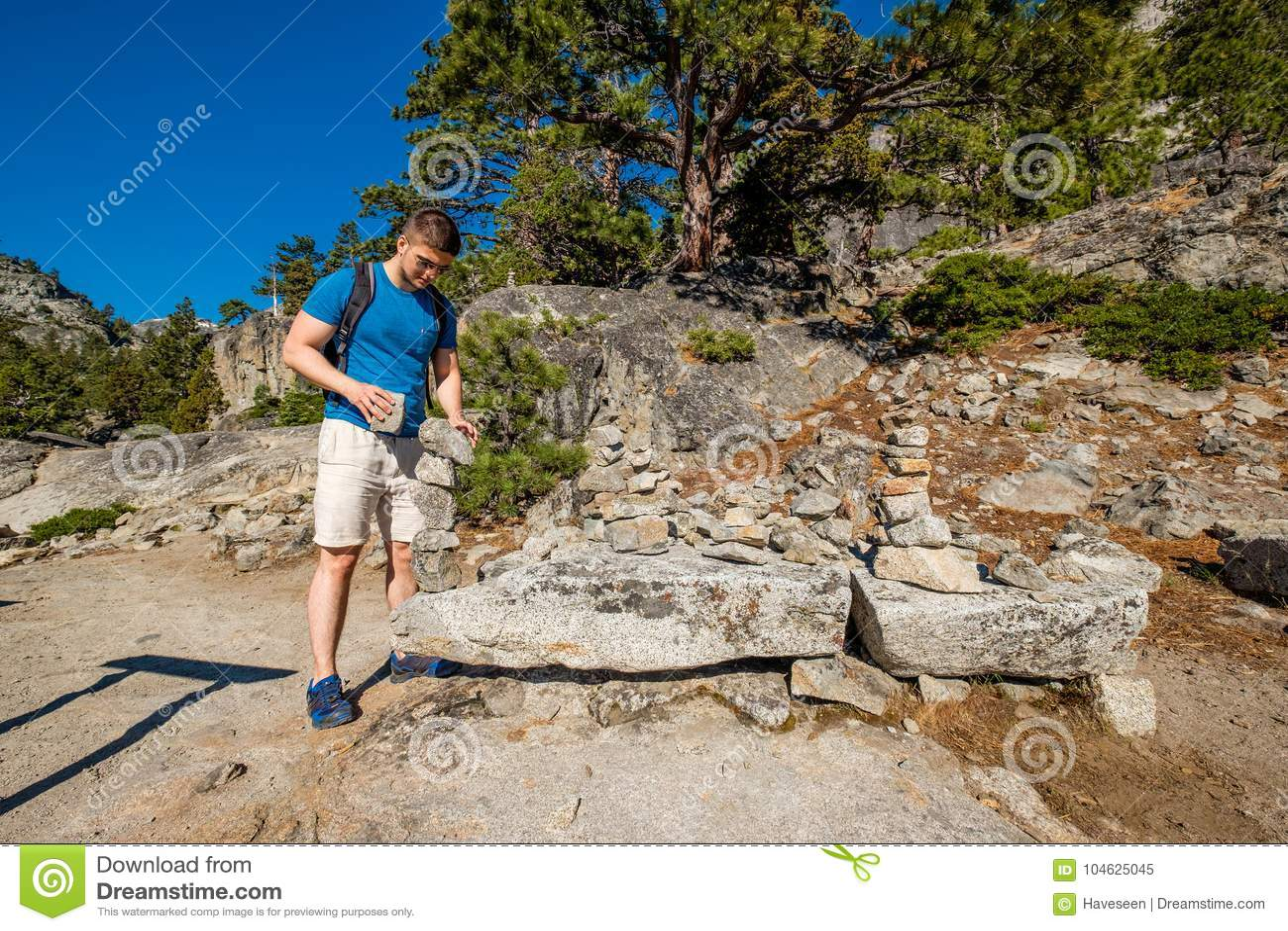 Download Toerist Die Met Rugzak In Bergen Wandelen Stock Afbeelding - Afbeelding bestaande uit landschap, hemel: 104625045