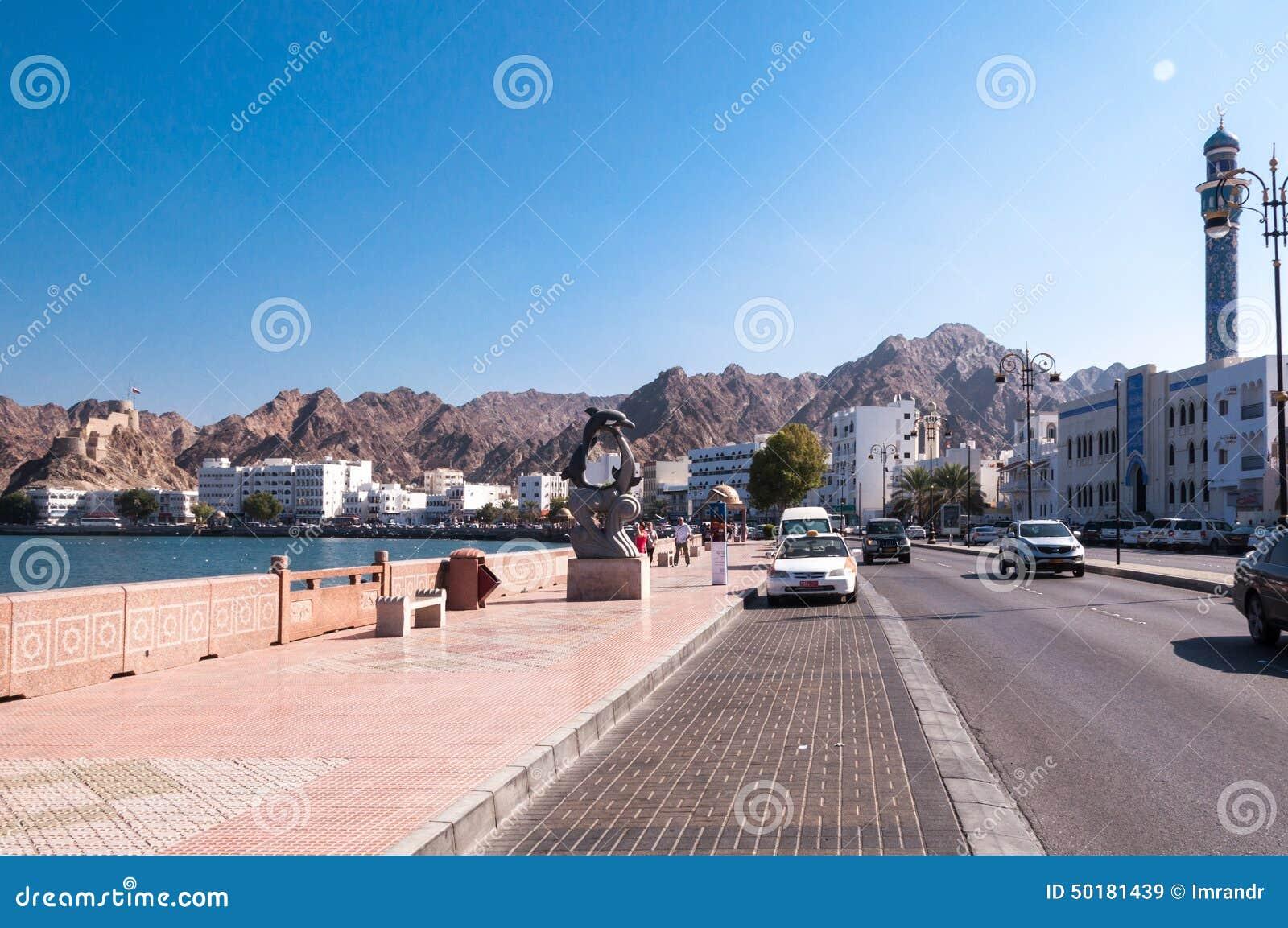 Toerist die op Corniche, Muscateldruif, Oman lopen