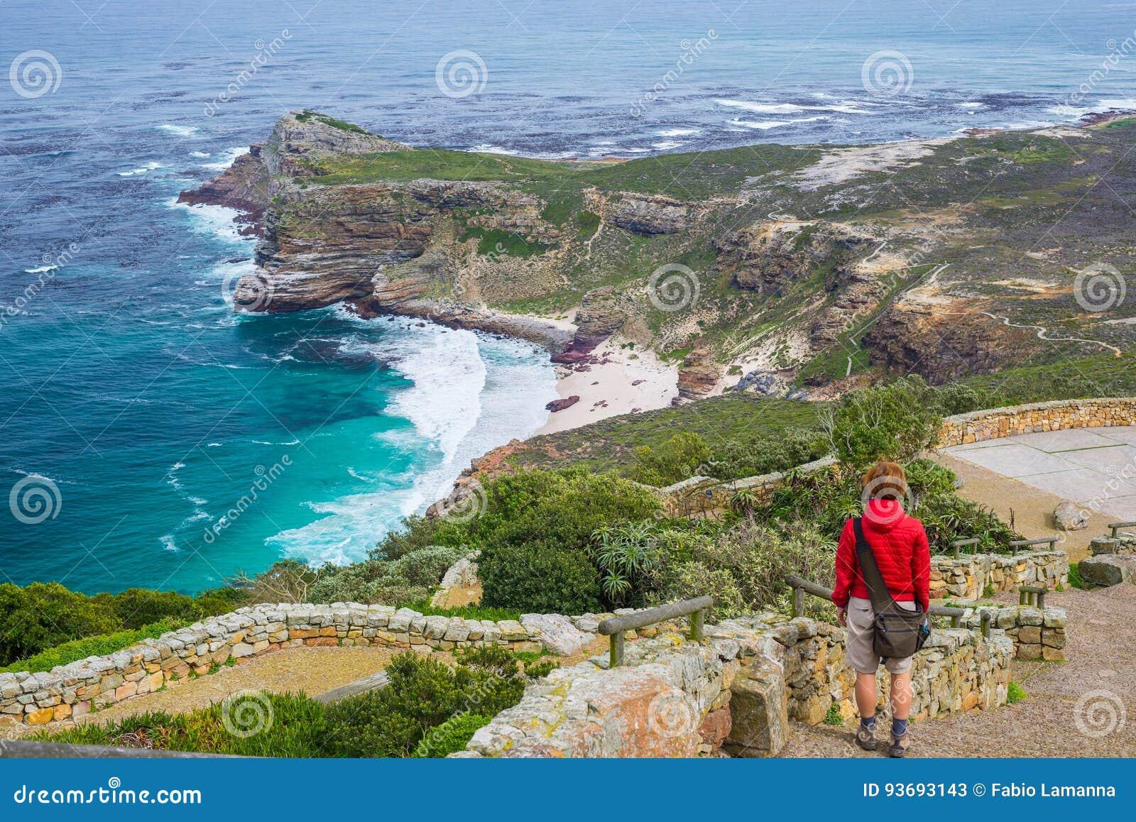 Toerist die op Kaappunt wandelen, die mening van Kaap van Goede Hoop en Dias Beach, toneelreisbestemming in Zuid-Afrika bekijken