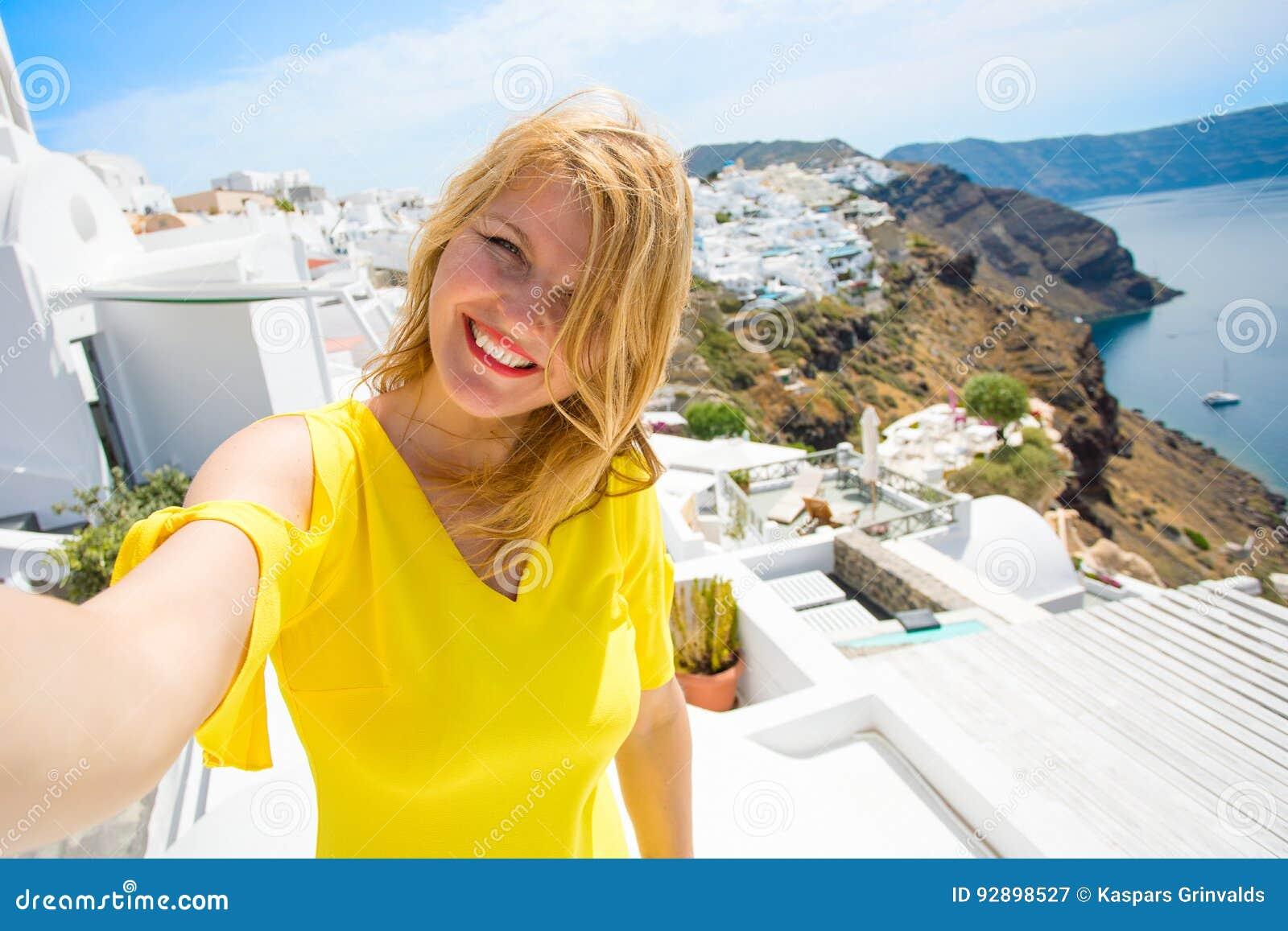 Toerist die selfie foto in Santorini-eiland, Griekenland nemen