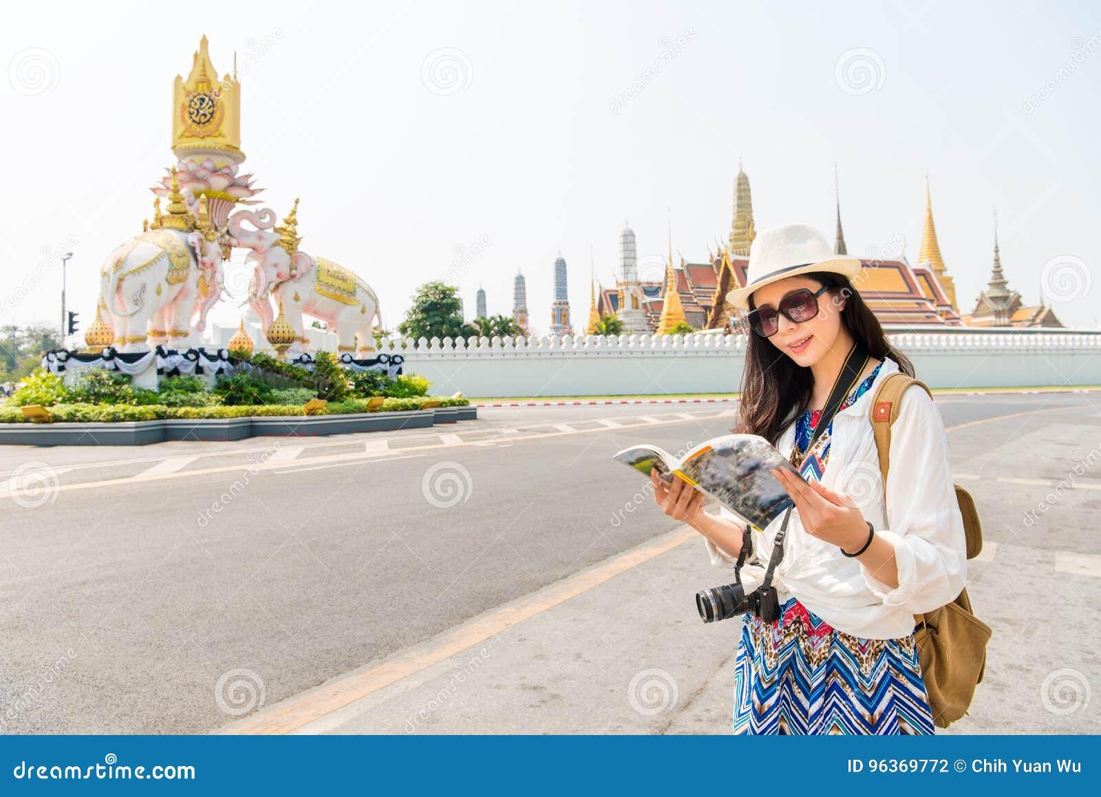 Toerist met reishandleiding op groot paleis