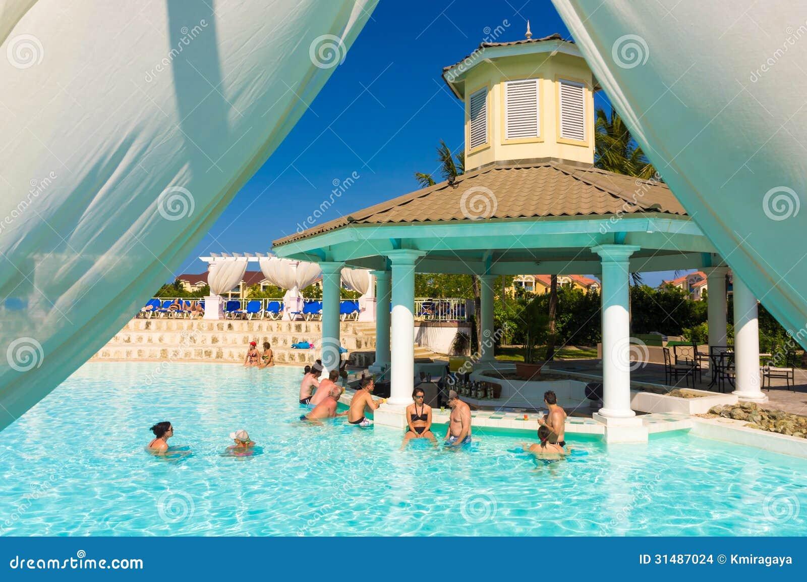 Toeristen bij een hotel in varadero cuba redactionele for Design hotel kuba