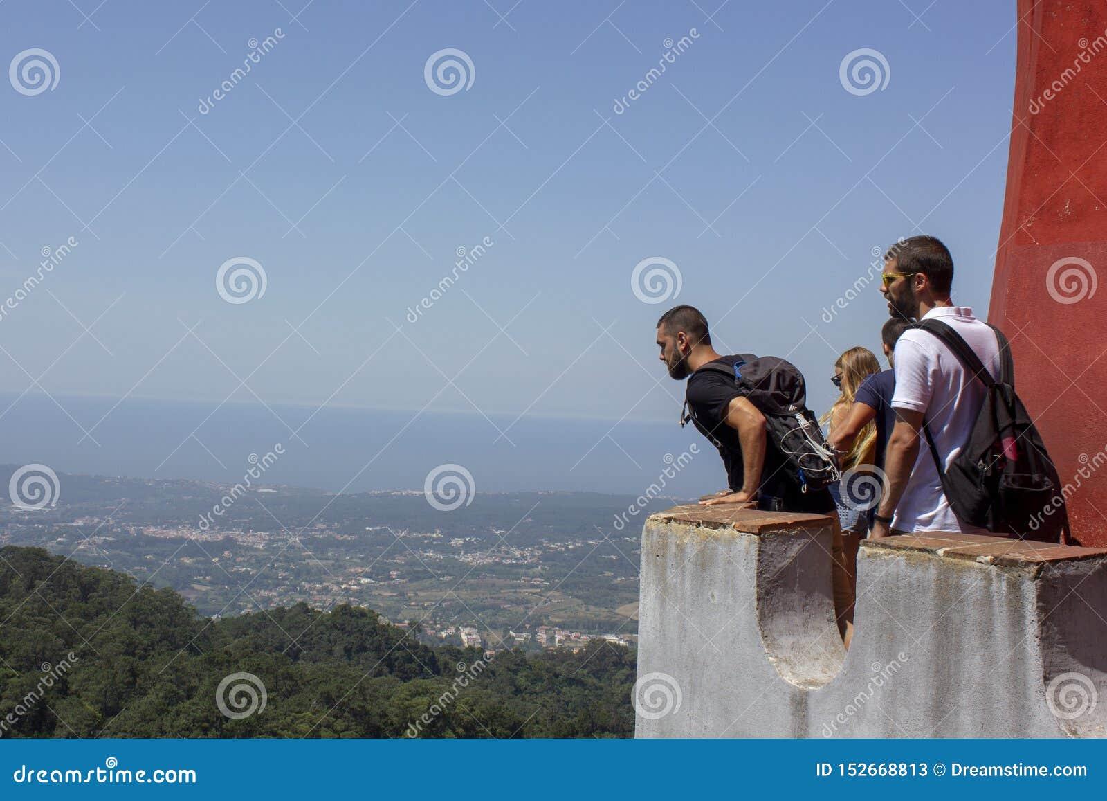 Toeristen bij het mooie landschap worden verbaasd dat