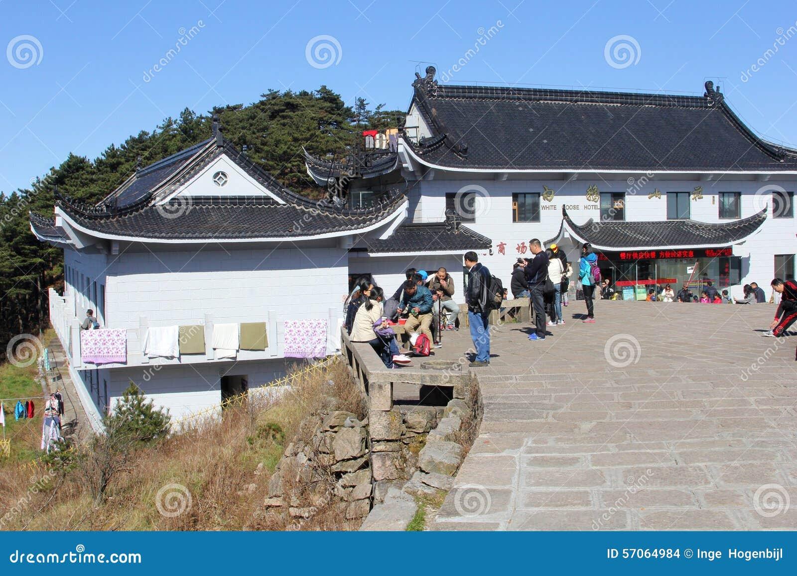 Toeristen bij het Witte Ganshotel, de Gele Bergen van Huangshan