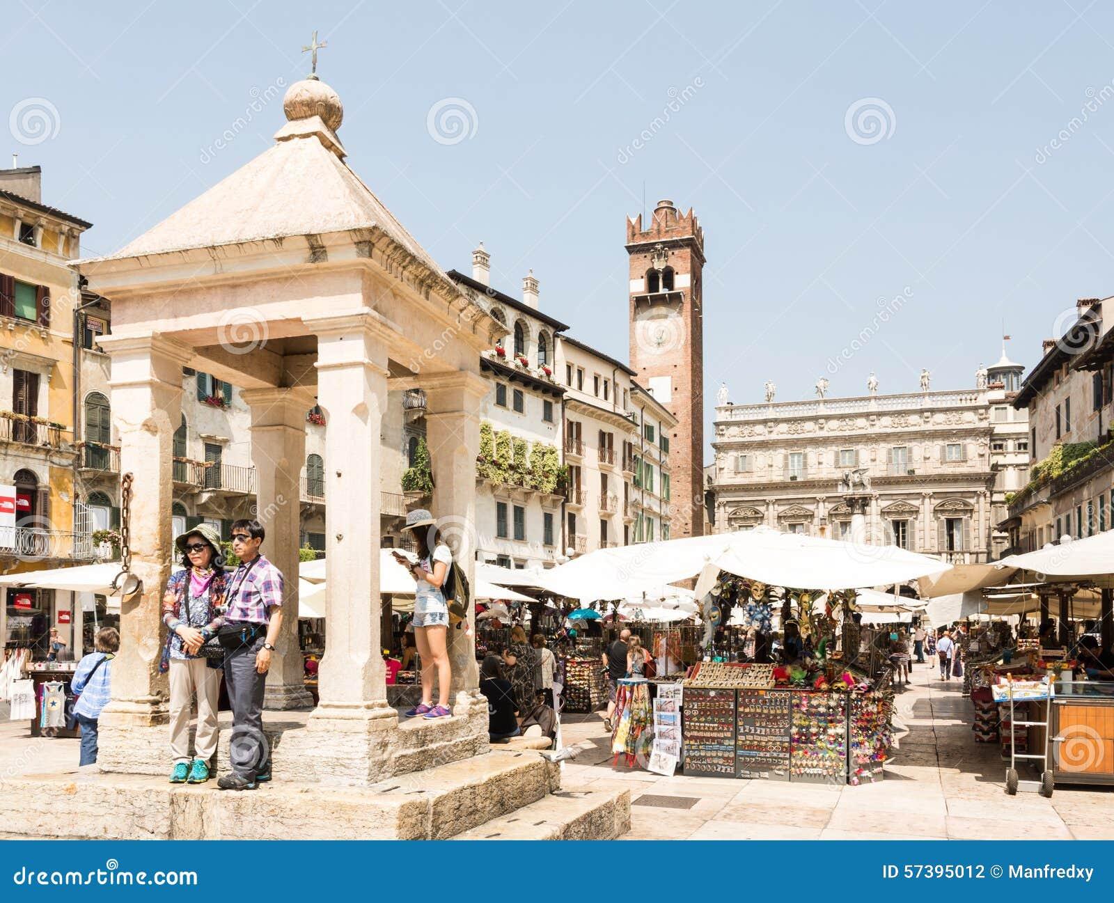 Toeristen bij Piazza delle Erbe