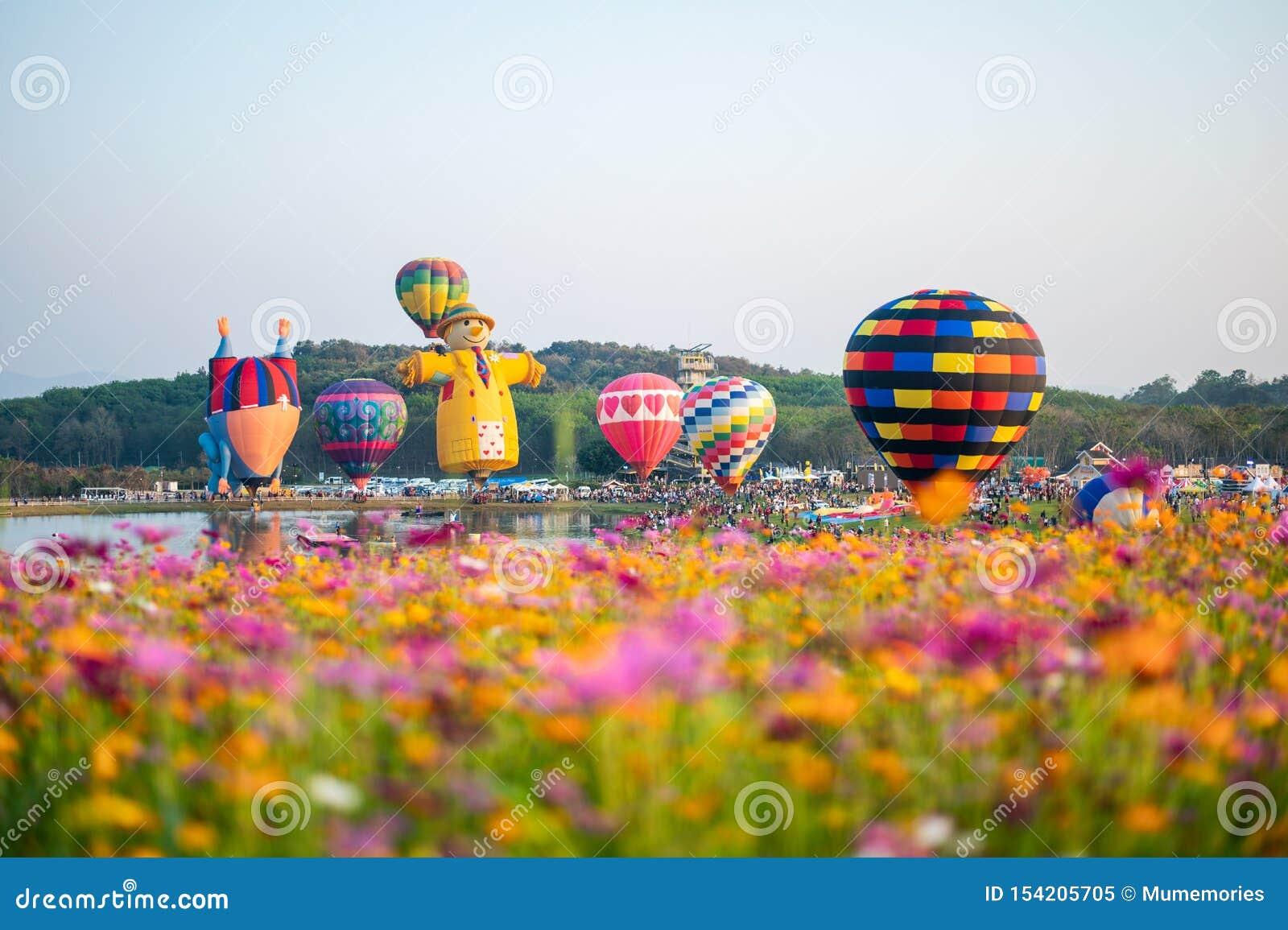 Toeristen die bij kleurrijk ballonsfestival reizen over kosmosgebied