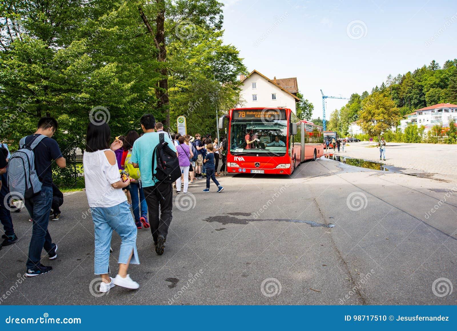 Toeristen die bussen inschepen