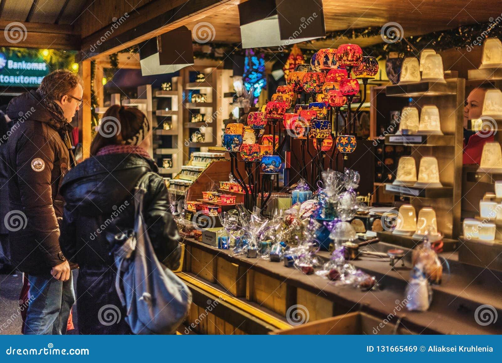 Toeristen die Herinneringen kopen bij Kerstmismarkt