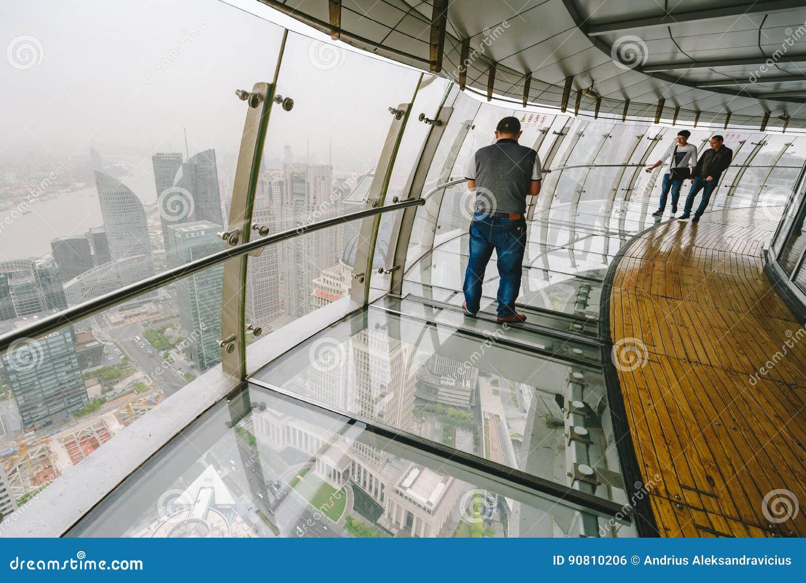 Toeristen die Oosterse Pareltoren in Shanghai, China bezoeken