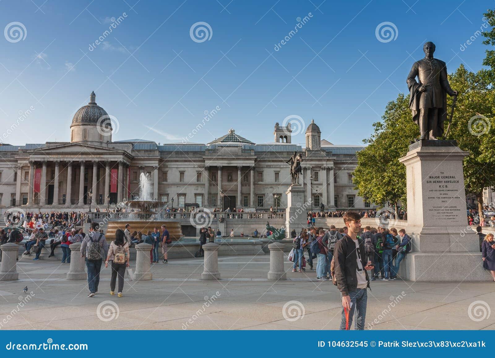 Download Toeristen Die Op Trafalgar Square Lopen Redactionele Afbeelding - Afbeelding bestaande uit brittannië, belangrijk: 104632545