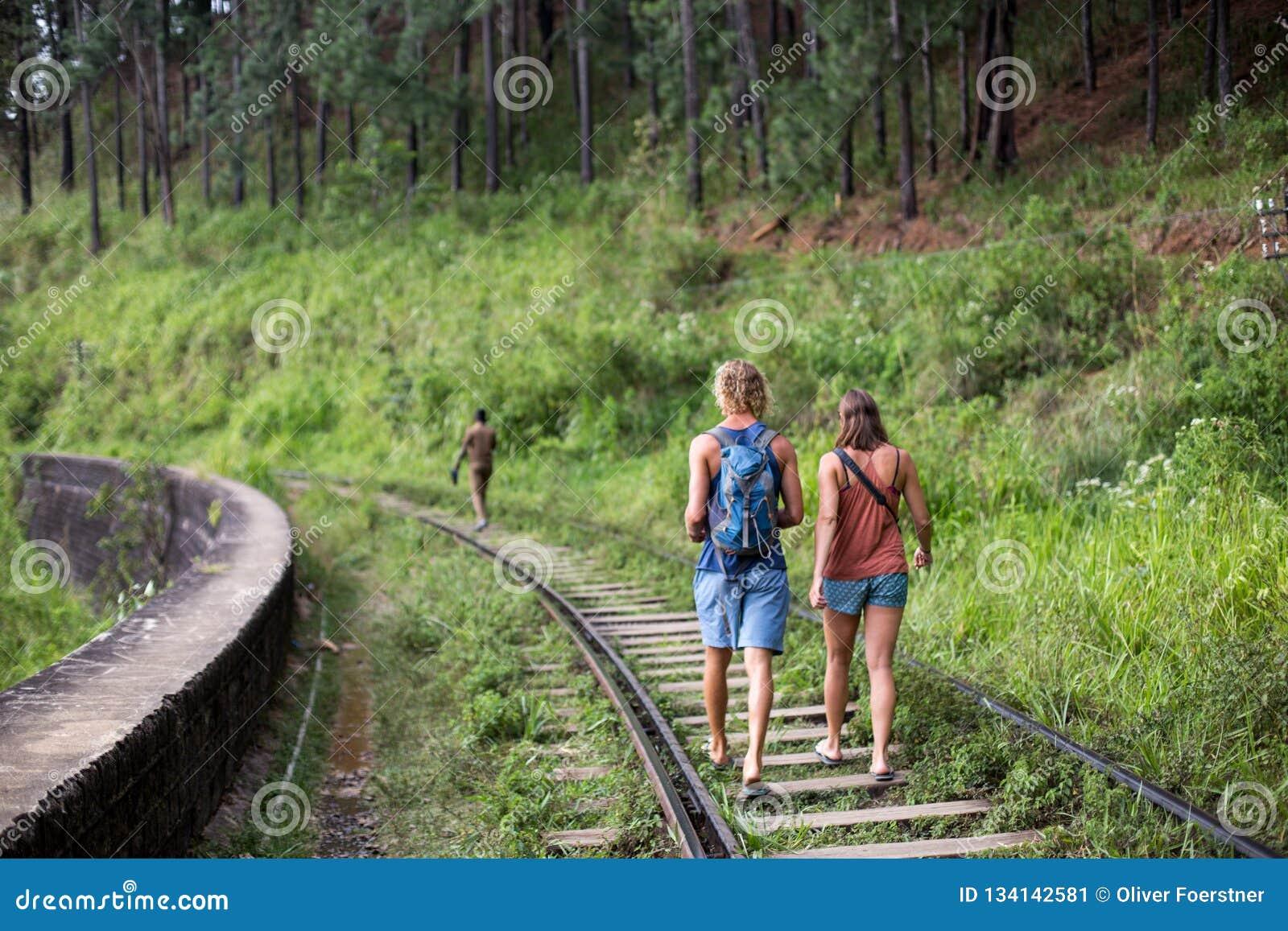 Toeristen die op treinsporen lopen in Ella, Sri Lanka